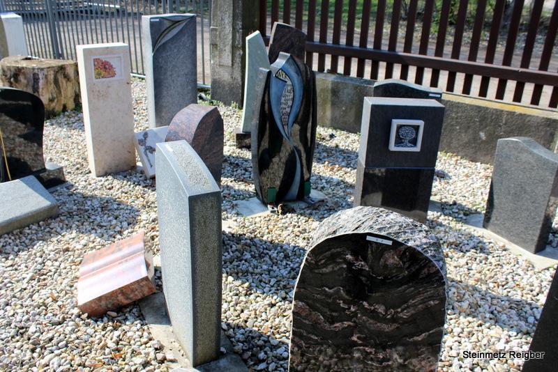 Grabsteine Ausstellung vorm Geschäft Steinmetz Reigber