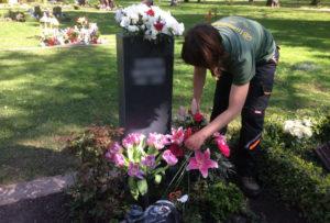 Ausputzen von Blumenschmuck