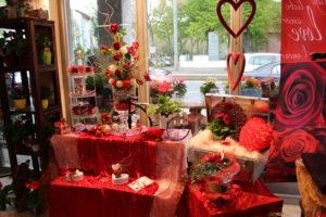 Schaufensterdekoration in Rot und Weiß mit Blumen der Blumenhalle in Leipzig