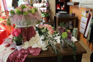Verkaufstisch mit dekorativen Blumen zum Muttertag Muttertag - Ein Tag zum Danke! sagen