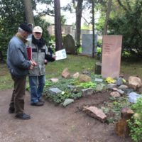 Dr. Köhler und Prof. Jacobs diskutieren über grundlegende Entscheidungen zur Gestaltung des Kossmat/Lauterbach Grabs