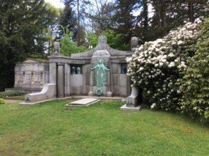Grabstätte mit weißem Rhododendron auf dem Südfriedhof Leipzig