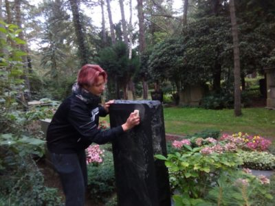 Grabpflege in Leipzig – so machen wir's – Die Grabsteinsäuberung