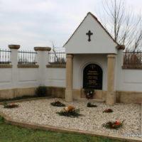 Eindrucksvolles Grabmal auf dem Friedhof Engelsdorf