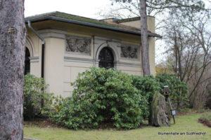 Relief am Verwaltungsgebäude - Nordfriedhof